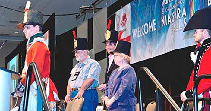 Les coprésidents de l'assemblée, Bruce Woodrow, Geoffrey Dabbs et Noreen Dunphy, ont reçu leur chapeau pendant la traditionnelle cérémonie du chapeau, dont le thème était la Guerre de 1812.