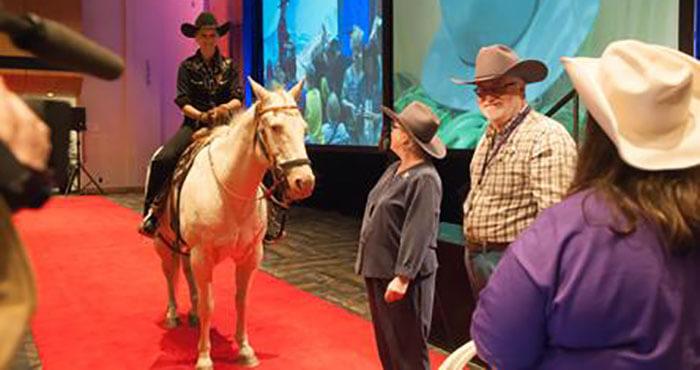 Le « couronnement » des coprésidents, façon Wild Rose, au début de l'assemblée annuelle de 2013.