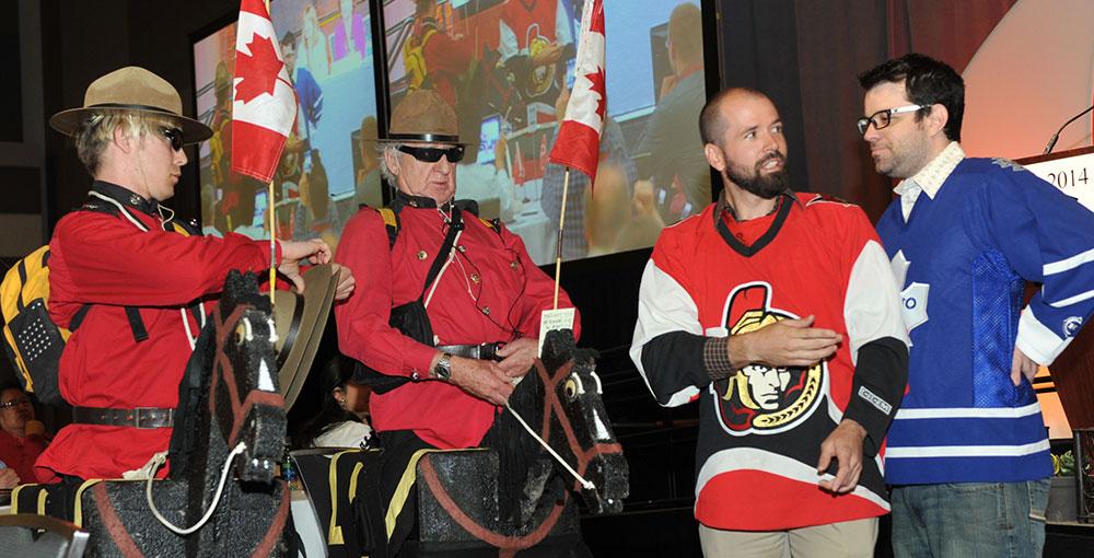 Cette année, la traditionnelle cérémonie du chapeau comportait une simulation d'une bagarre de hockey interrompue par deux membres de la GRC.