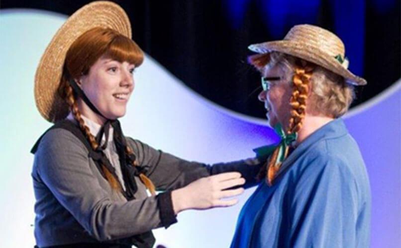 Noreen Dunphy (à droite), coprésidente de l'AGA, reçoit son traditionnel couvre chef d'une célèbre résidente de l'Île-du-Prince-Édouard.
